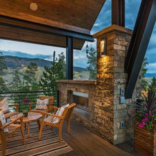 Diseño de terraza rústica, en anexo de casas, con chimenea