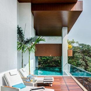 Cette image montre une terrasse arrière asiatique avec une extension de toiture.