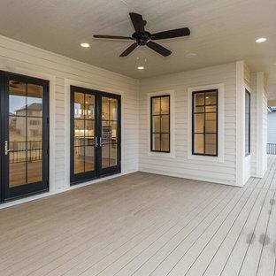 Diseño de terraza tradicional renovada, de tamaño medio, en patio trasero y anexo de casas