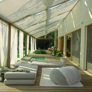 Photo of a large modern deck in Miami with an awning.