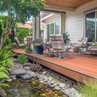 Imagen de terraza clásica, pequeña, en patio trasero y anexo de casas