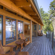 Rustic Deck by Kettle River Timberworks Ltd.