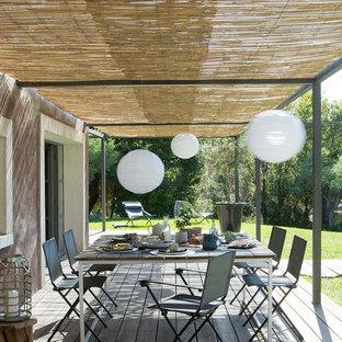 Idée de décoration pour une terrasse méditerranéenne avec une pergola.