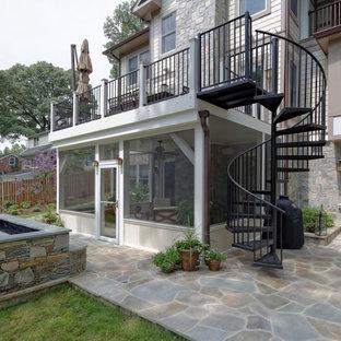 Immagine di grandi terrazze e balconi tradizionali dietro casa con fontane