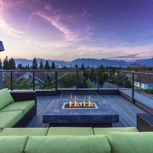 Cette image montre un toit terrasse sur le toit design avec un foyer extérieur et aucune couverture.