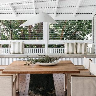 Ispirazione per terrazze e balconi stile marino di medie dimensioni e dietro casa con un tetto a sbalzo