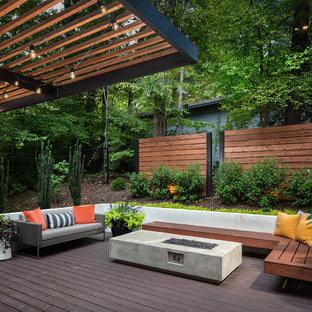 Modelo de terraza contemporánea, grande, en patio trasero, con brasero y pérgola