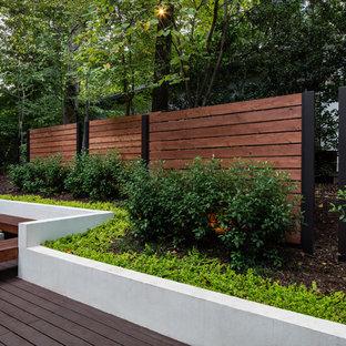 Esempio di una grande terrazza contemporanea dietro casa con un focolare e una pergola