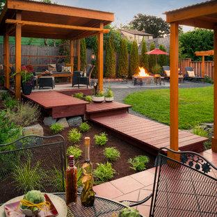 Foto di una terrazza classica di medie dimensioni e dietro casa con un focolare
