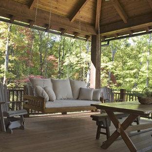 Стильный дизайн: большая терраса на заднем дворе в стиле рустика с навесом и местом для костра - последний тренд