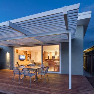 Modelo de terraza vintage, de tamaño medio, en patio trasero, con pérgola