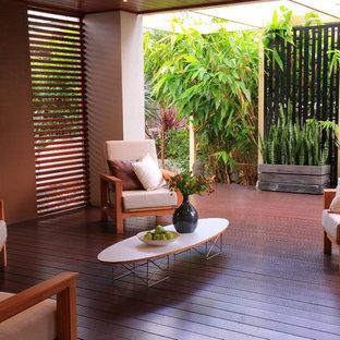 Ispirazione per terrazze e balconi etnici con un focolare