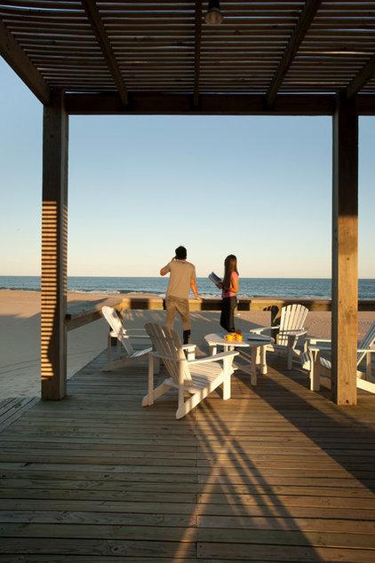 Beach Style Deck by Martin Gomez Arquitectos