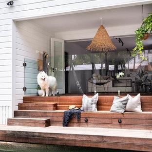 Esempio di terrazze e balconi stile marino dietro casa con un tetto a sbalzo
