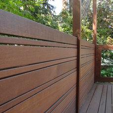 Contemporary Deck by Kayu Canada Inc.
