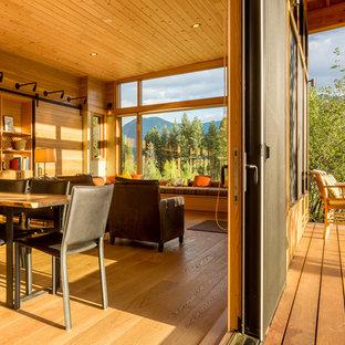 Idee per terrazze e balconi stile rurale di medie dimensioni e dietro casa con un tetto a sbalzo