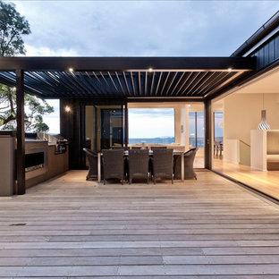 Idee per grandi terrazze e balconi contemporanei nel cortile laterale con una pergola