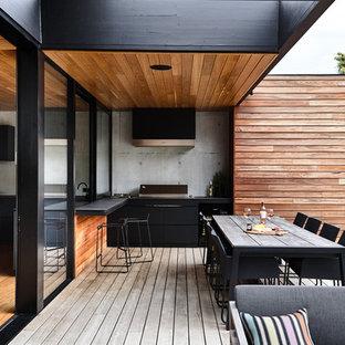Modelo de terraza contemporánea, de tamaño medio, en patio trasero y anexo de casas, con cocina exterior