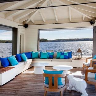Idee per terrazze e balconi costieri di medie dimensioni e dietro casa con un pontile e un tetto a sbalzo
