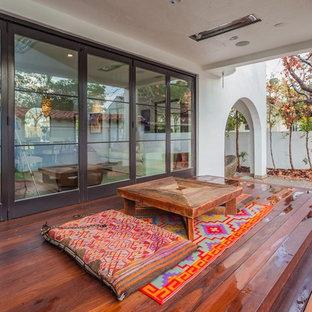 Diseño de terraza mediterránea, de tamaño medio, en patio trasero y anexo de casas