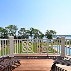 Traditional Deck by JB Robbie Builders Inc.