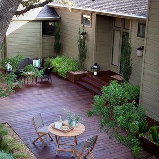 Cette photo montre une terrasse arrière chic de taille moyenne avec aucune couverture.