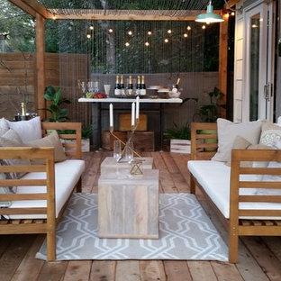 Idee per una piccola terrazza shabby-chic style dietro casa con una pergola