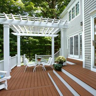 Ispirazione per una grande terrazza classica dietro casa con una pergola