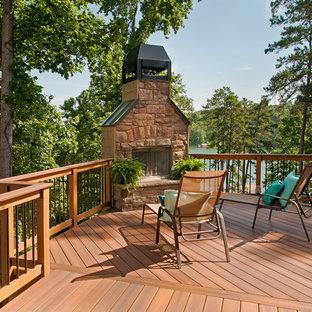 Imagen de terraza rústica, sin cubierta, con chimenea