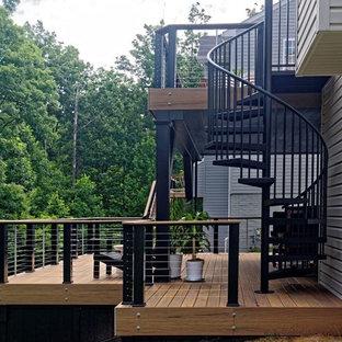 Immagine di una grande terrazza design dietro casa con un parasole