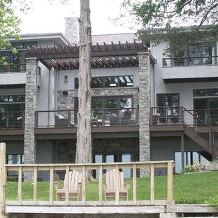 Ispirazione per grandi terrazze e balconi classici dietro casa con un pontile e una pergola