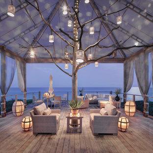 Esempio di terrazze e balconi stile marino con un tetto a sbalzo
