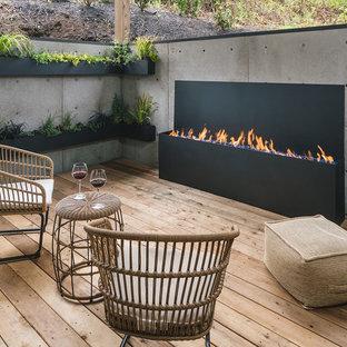 Idee per un piccolo patio o portico stile rurale nel cortile laterale con pedane e un tetto a sbalzo