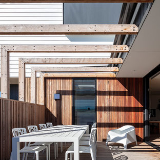 Small contemporary deck in Melbourne with a pergola.