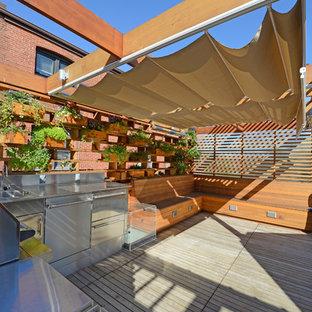 Foto di una piccola terrazza moderna sul tetto con una pergola