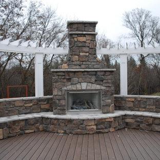 Modelo de terraza tradicional, de tamaño medio, sin cubierta, en patio trasero, con chimenea