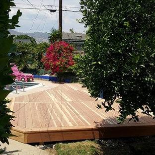 Esempio di una terrazza tropicale di medie dimensioni e dietro casa con nessuna copertura