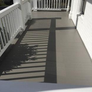 Foto de terraza clásica renovada, de tamaño medio, en patio lateral y anexo de casas