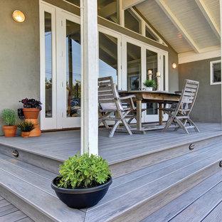 Imagen de terraza clásica renovada, de tamaño medio, en patio trasero y anexo de casas