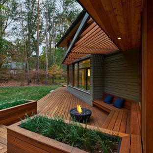 グランドラピッズのコンテンポラリースタイルのおしゃれなデッキ (ファイヤーピット、張り出し屋根) の写真