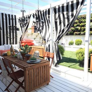 Modelo de terraza bohemia con jardín de macetas