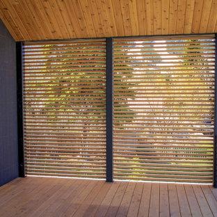 Cette photo montre une terrasse arrière avec des solutions pour vis-à-vis et une extension de toiture.