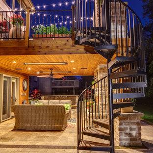 Immagine di una terrazza tradizionale di medie dimensioni e dietro casa con fontane