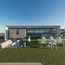 Modern Deck by JKRC- Jason Klinge Residential Contracting