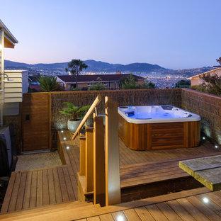 Modelo de terraza minimalista, de tamaño medio, sin cubierta, en patio lateral, con ducha exterior