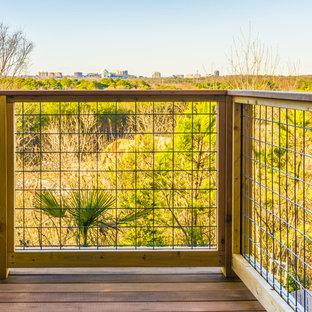 Immagine di grandi terrazze e balconi design dietro casa con una pergola