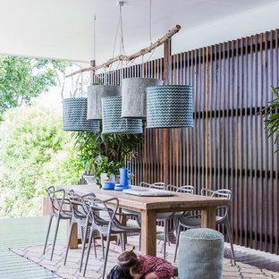 Idee per una terrazza design di medie dimensioni con un tetto a sbalzo
