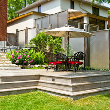 Traditional Deck by Welwyn Wong Landscape Design