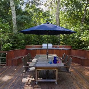 Example of a trendy outdoor kitchen deck design in New York