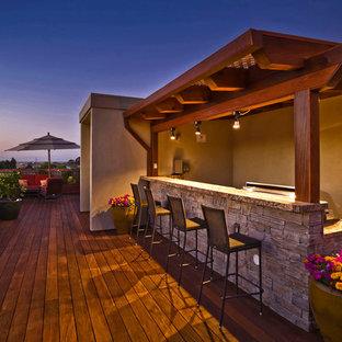 Immagine di una grande terrazza classica dietro casa con una pergola